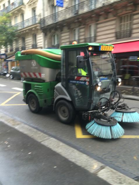 パリの清掃車と町中に置いてあるゴミ箱_d0337937_05582928.jpg