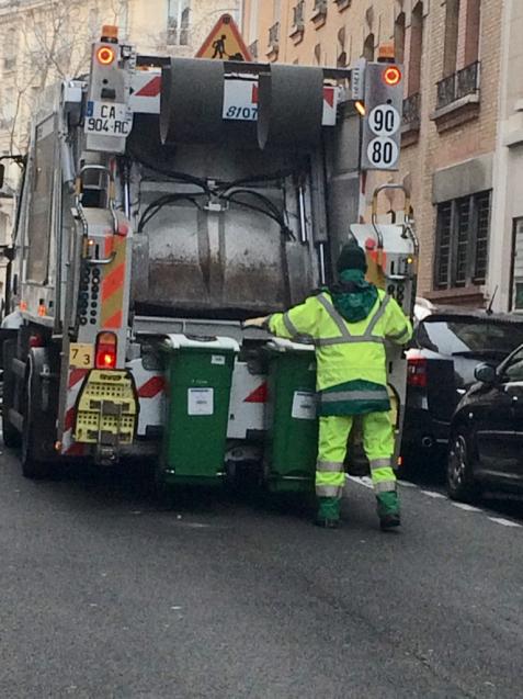 パリの清掃車と町中に置いてあるゴミ箱_d0337937_05582957.jpg
