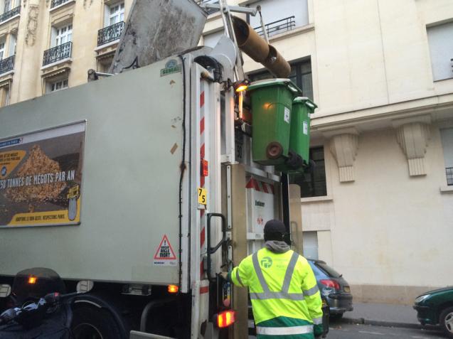 パリの清掃車と町中に置いてあるゴミ箱_d0337937_05583047.jpg