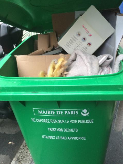 パリの清掃車と町中に置いてあるゴミ箱_d0337937_08575919.jpg