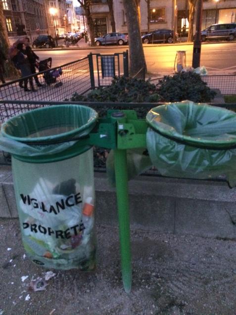 パリの清掃車と町中に置いてあるゴミ箱_d0337937_08580078.jpg