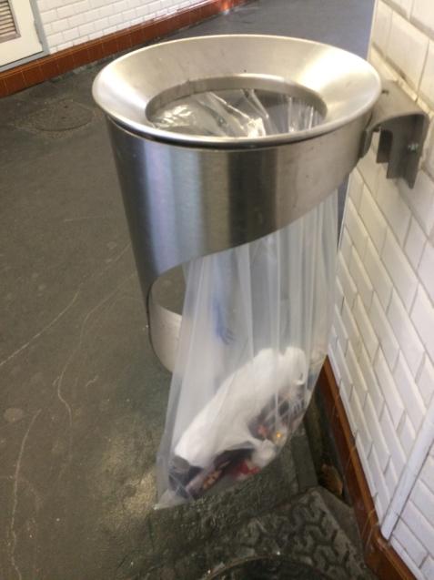 パリの清掃車と町中に置いてあるゴミ箱_d0337937_09293925.jpg