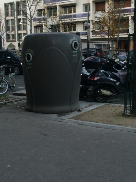 パリの清掃車と町中に置いてあるゴミ箱_d0337937_09294013.jpg