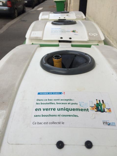 パリの清掃車と町中に置いてあるゴミ箱_d0337937_09294098.jpg