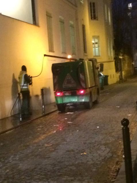 パリの清掃車と町中に置いてあるゴミ箱_d0337937_09421172.jpg