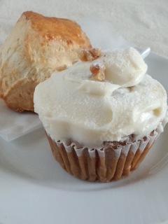 初台 Sunday Bake Shopのキャロットケーキとさくらのスコーン_f0112873_22152742.jpg