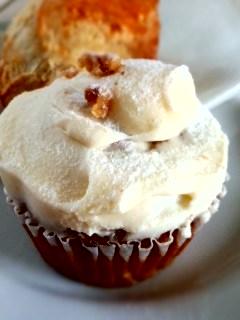 初台 Sunday Bake Shopのキャロットケーキとさくらのスコーン_f0112873_2218912.jpg
