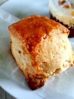 初台 Sunday Bake Shopのキャロットケーキとさくらのスコーン_f0112873_2237454.jpg