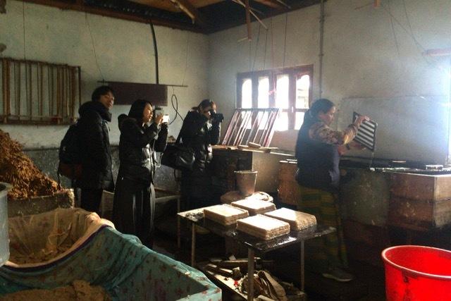 会場を彩るのはブータンの手すき紙:5/21〜「ブータンしあわせに生きるためのヒント」@上野の森美術館_d0339885_10475713.jpg