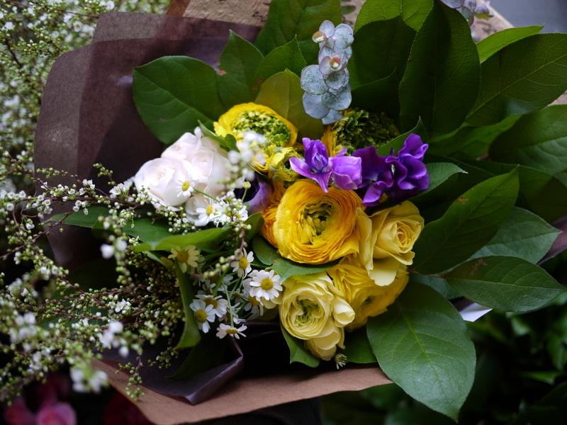 保育園の卒園式で、保護者の方達から先生へのお礼の花束3種。_b0171193_00523435.jpg