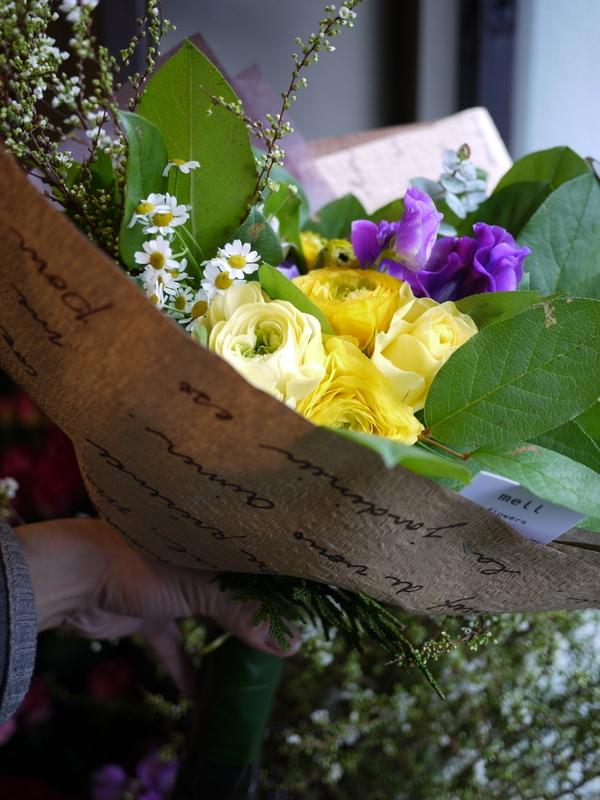 保育園の卒園式で、保護者の方達から先生へのお礼の花束3種。_b0171193_00524001.jpg