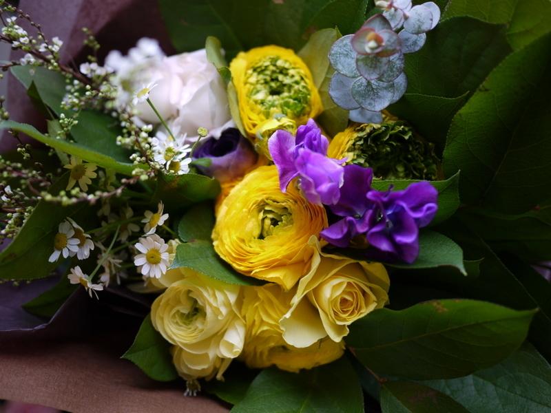 保育園の卒園式で、保護者の方達から先生へのお礼の花束3種。_b0171193_00524756.jpg
