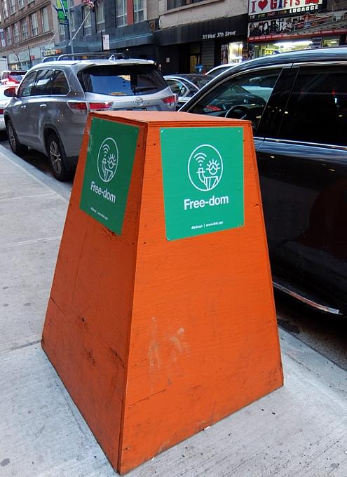 ニューヨークの街角に無料のハイテク・ワイヤレス・ハブが登場中!!_b0007805_10412456.jpg