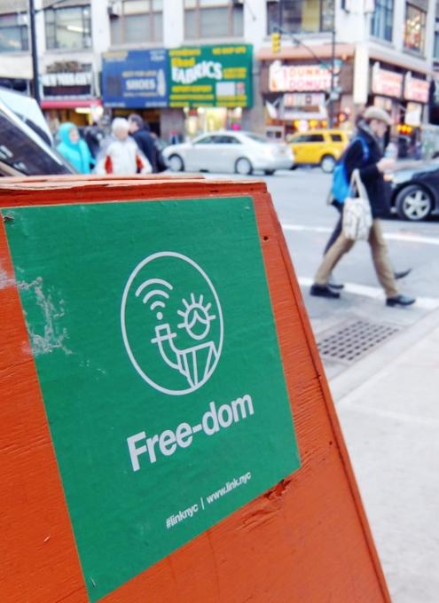 ニューヨークの街角に無料のハイテク・ワイヤレス・ハブが登場中!!_b0007805_10424751.jpg