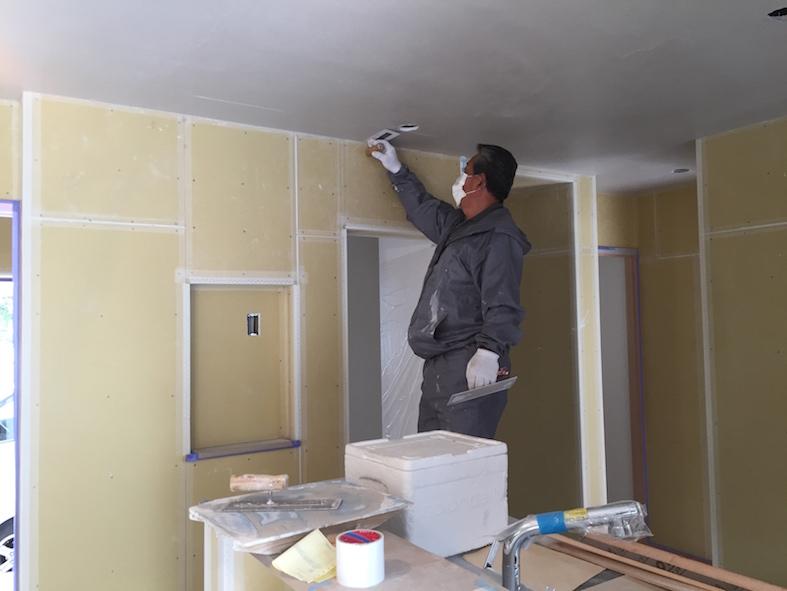 内部漆喰始まりました_a0148909_21522113.jpg