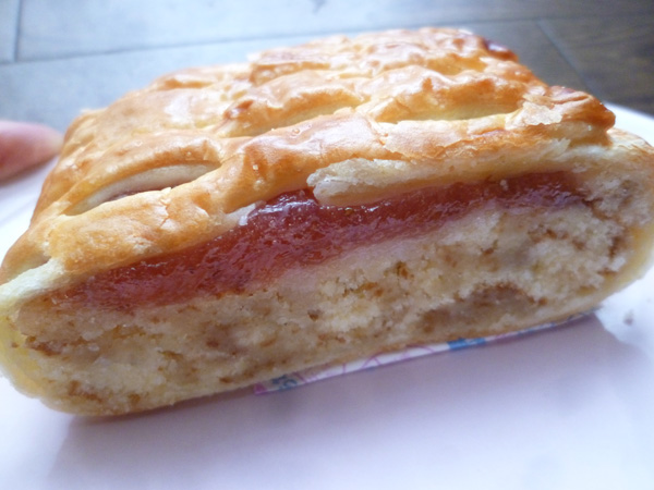 【菓子パン】しっとり 苺みるくのケーキ@ヤマザキ_c0152767_21284728.jpg