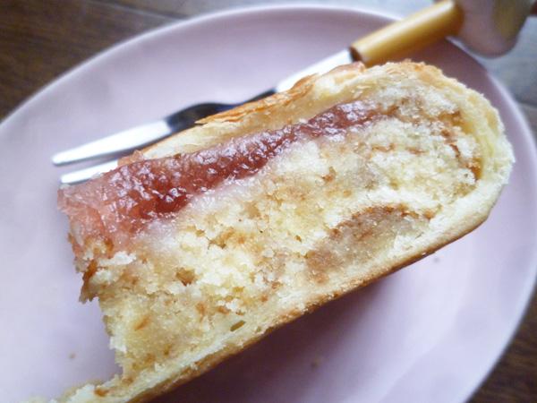 【菓子パン】しっとり 苺みるくのケーキ@ヤマザキ_c0152767_21303818.jpg