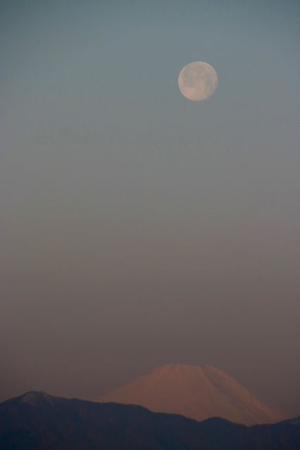 朝の富士山とお月様。_f0348831_08002097.jpg