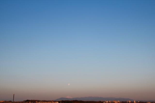 朝の富士山とお月様。_f0348831_08002136.jpg