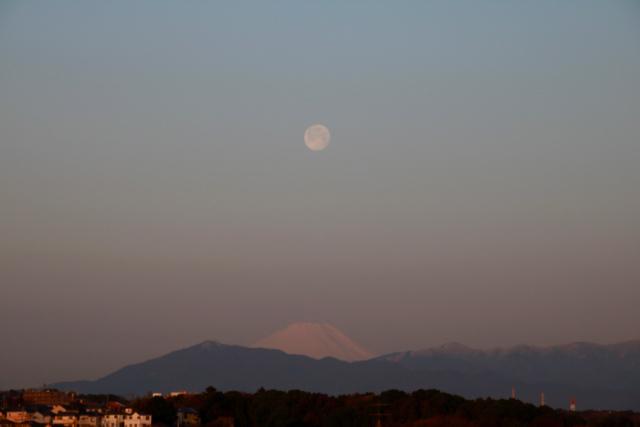 朝の富士山とお月様。_f0348831_08002146.jpg