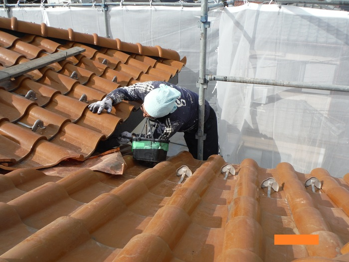 屋根葺き直し、雨樋取替、外壁塗替え ~塗装開始。_d0165368_4293869.jpg
