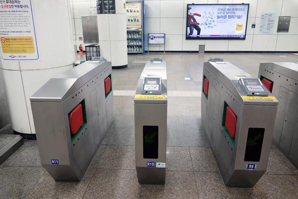 ソウルの地下鉄駅 自動改札機とホームドア ソウル旅 2016年3月(3)_f0117059_1132749.jpg