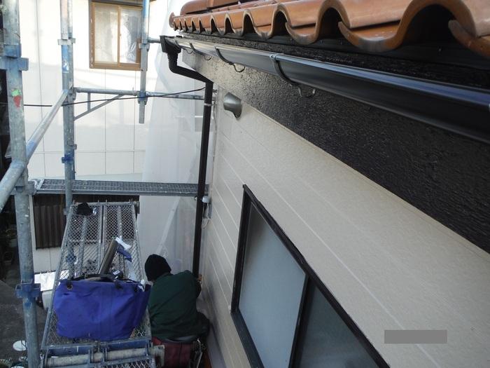 屋根葺き直し、雨樋取替、外壁塗替え ~ 波板、雨樋取替。_d0165368_5472897.jpg