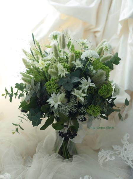 流行クラッチブーケ 八芳園さまへ  緑多めで、草花風にざっくり束ねて_a0042928_19194140.jpg