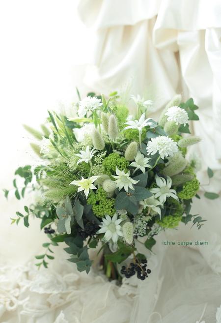 流行クラッチブーケ 八芳園さまへ  緑多めで、草花風にざっくり束ねて_a0042928_19212599.jpg