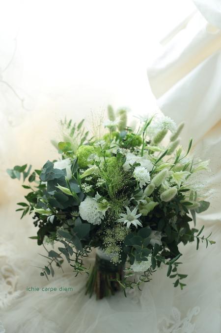 流行クラッチブーケ 八芳園さまへ  緑多めで、草花風にざっくり束ねて_a0042928_19215381.jpg