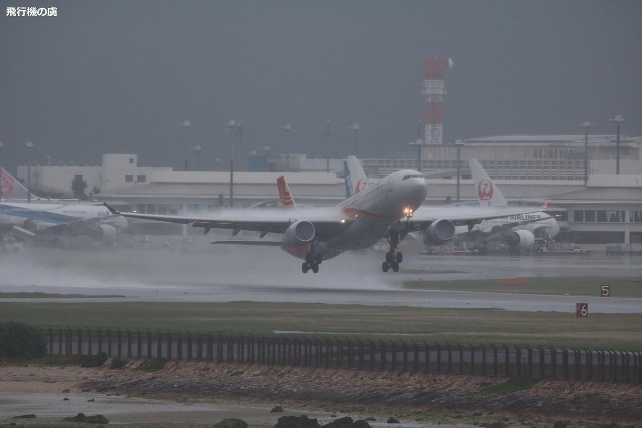 雨天の離陸 両翼から雨水の吹き飛ぶ瞬間  A330 香港航空(HX)_b0313338_12075358.jpg