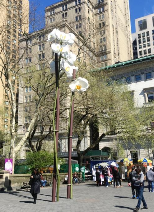 NYの街角に高さ10メートルの巨大な2本の蘭のアート登場中 Two Orchids by Isa Genzken_b0007805_1482947.jpg