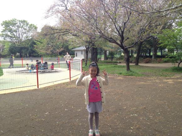 葉桜をバックに_e0061304_20245144.jpg