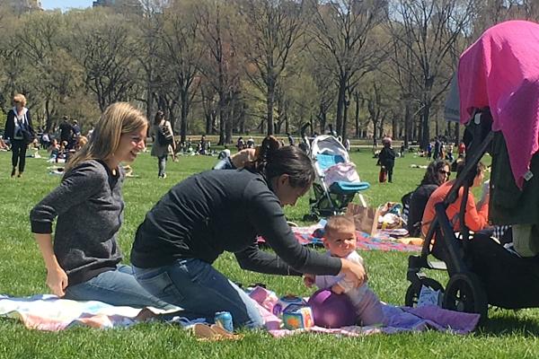 ほのぼのムードの春のセントラルパーク、広大な芝生広場のシープメドーの様子_b0007805_21123166.jpg