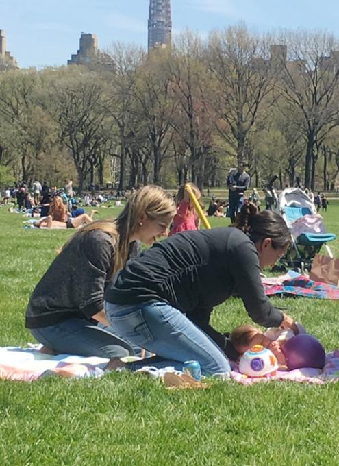 ほのぼのムードの春のセントラルパーク、広大な芝生広場のシープメドーの様子_b0007805_21132110.jpg