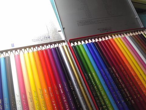 色鉛筆が人気で品薄だそうだが、まずは定番の二種類をゲット!テストしていい方を採用します。_c0061896_11271035.jpg
