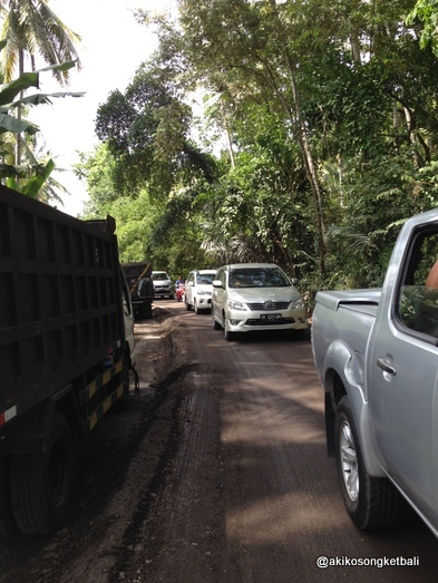 クルンクンからシドゥメン村方面へは、ただいま道路工事が行われております。_a0120328_17571398.jpg