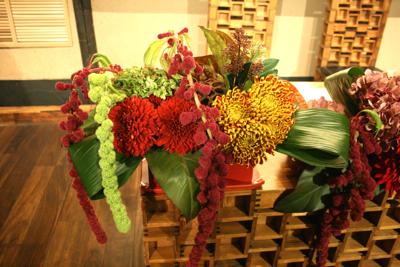 博多百年蔵 会場装花(個性的赤系かっこよく)_e0149863_21555127.jpg
