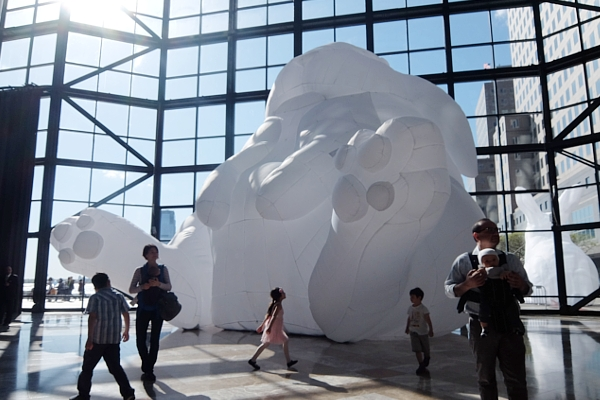 "NYに高さ12mの巨大うさぎのパブリックアート登場中、\""Intrude\"" by Amanda Parer_b0007805_20174468.jpg"