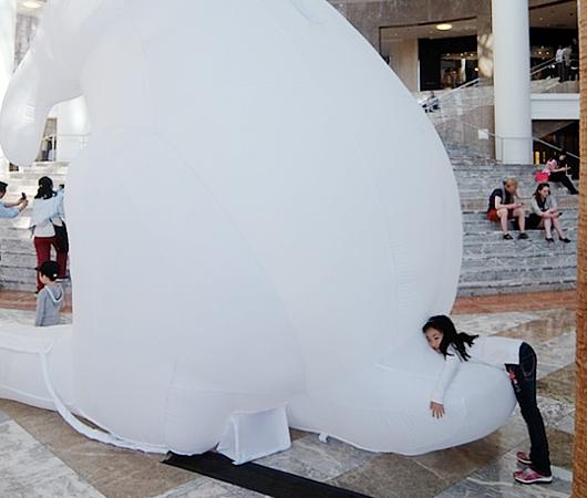 "NYに高さ12mの巨大うさぎのパブリックアート登場中、\""Intrude\"" by Amanda Parer_b0007805_20181813.jpg"