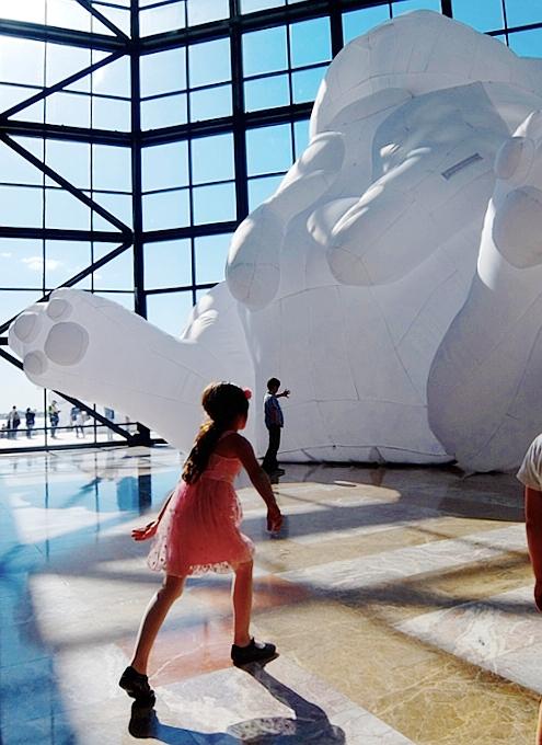 "NYに高さ12mの巨大うさぎのパブリックアート登場中、\""Intrude\"" by Amanda Parer_b0007805_20211223.jpg"