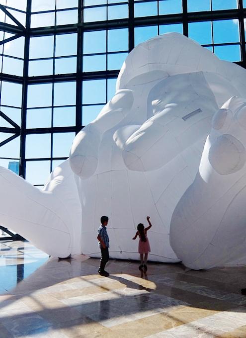 "NYに高さ12mの巨大うさぎのパブリックアート登場中、\""Intrude\"" by Amanda Parer_b0007805_2022168.jpg"