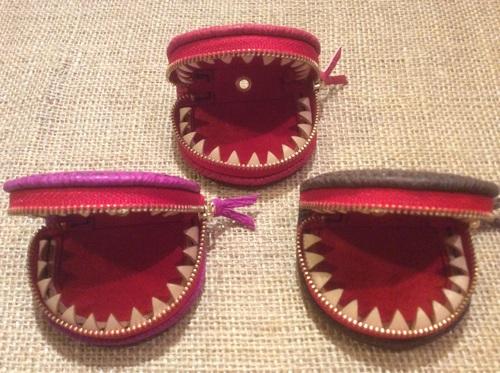 歯の付いたサメ革小銭入れ_e0263052_18232338.jpg
