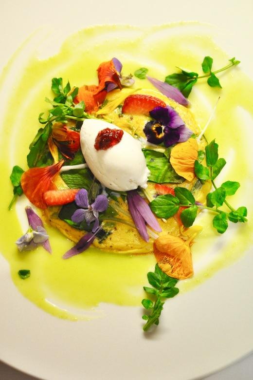 旬菜コース とうの山菜の焼きたてフリッタータ アスパラのソースと野花、薔薇と蜂蜜のジェラート_c0130206_18293385.jpg