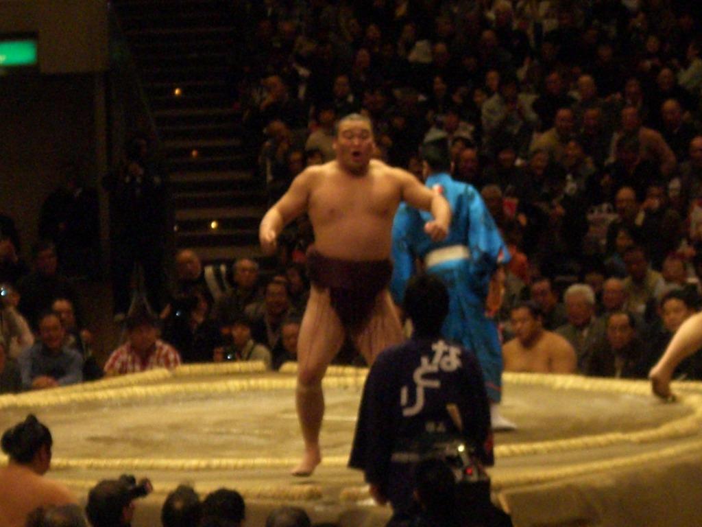 興奮冷めやらぬ!初めての相撲で座布団投げ!!_d0061678_20302251.jpg