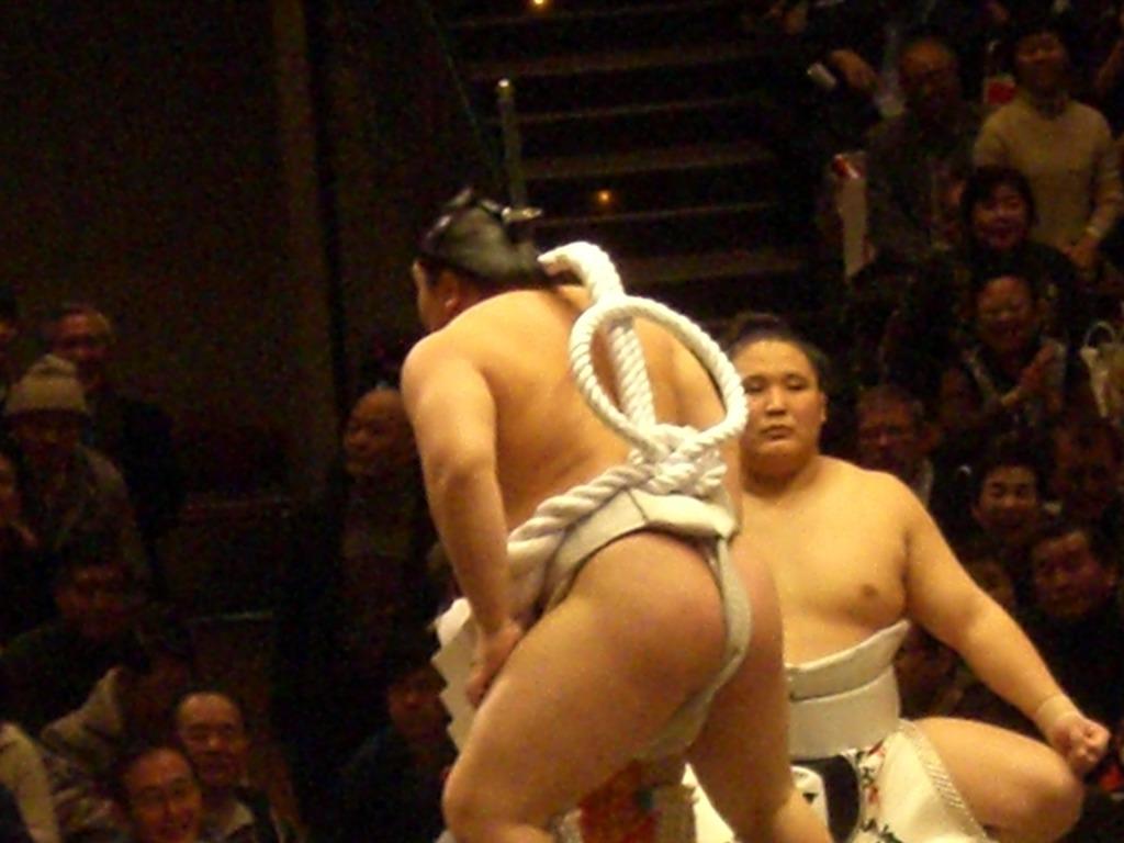 興奮冷めやらぬ!初めての相撲で座布団投げ!!_d0061678_20303567.jpg