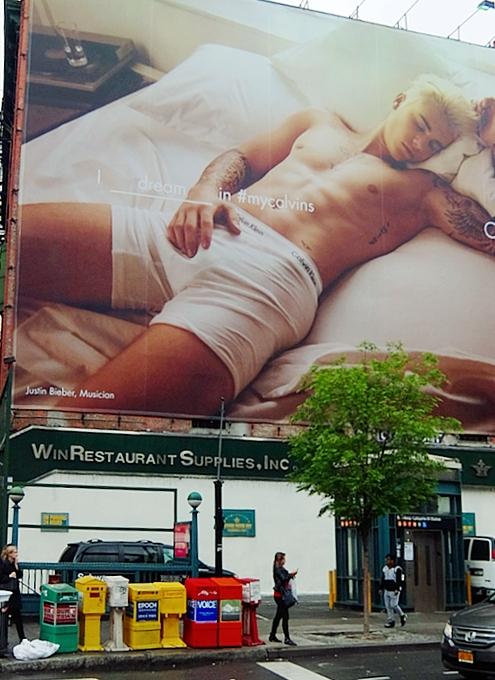 Sohoの巨大看板にパンツ一丁姿のジャスティン・ビーバーさん_b0007805_1154493.jpg