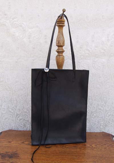 ブラックレザーの紙袋みたいなバッグ_f0155891_11481387.jpg