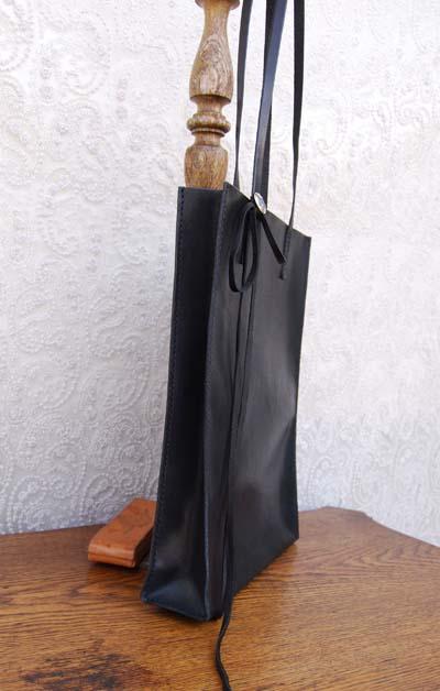 ブラックレザーの紙袋みたいなバッグ_f0155891_11481825.jpg