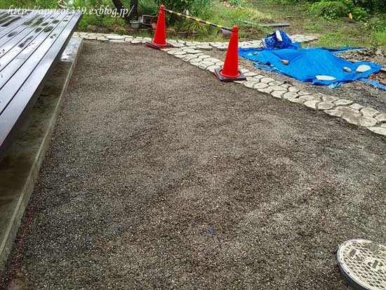 庭しごとに欠かせないアイテムと、芝生張りの整地作業完了_c0293787_12183949.jpg